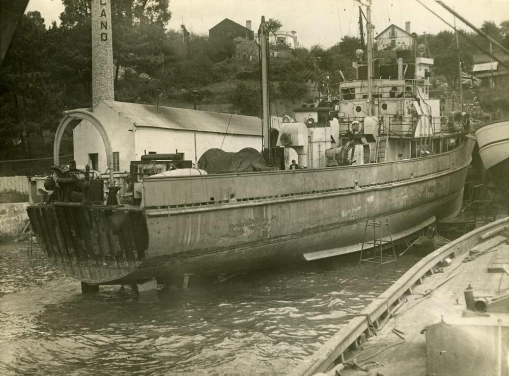 1947. Buque en reparación