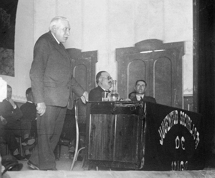Enrique Heraclio Botana de pé e Emilio Martínez Garrido Juventud Socialista de Vigo